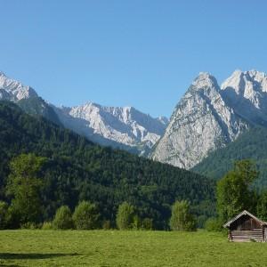 Die bayrischen Alpen sind leicht erreichbar mit dem Auto